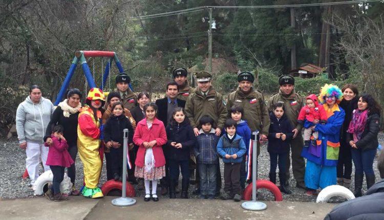 """Carabineros de Retén """"El Radal"""" construyeron plaza de juegos para los niños de ese sector precordillerano de Molina"""