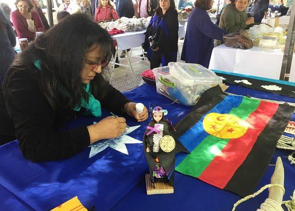 Feria de emprendedores de pueblos originarios se realiza este jueves en Plaza de Armas de Talca