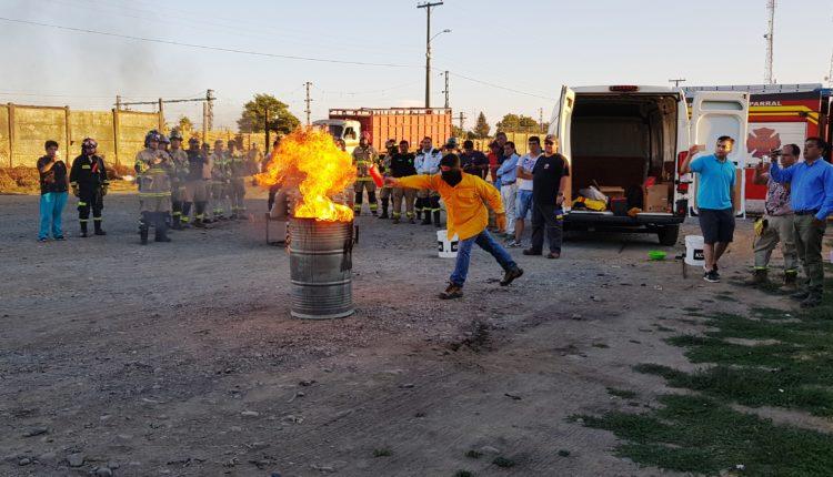 Bomberos del Maule Sur participan en capacitación y realizan pruebas con nuevo método para extinguir fuego