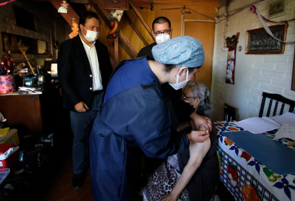 Alcalde de Talca inicia proceso de vacunación con amplio despliegue en domicilios